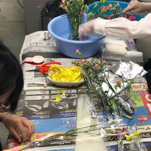 花を包装するスタッフ